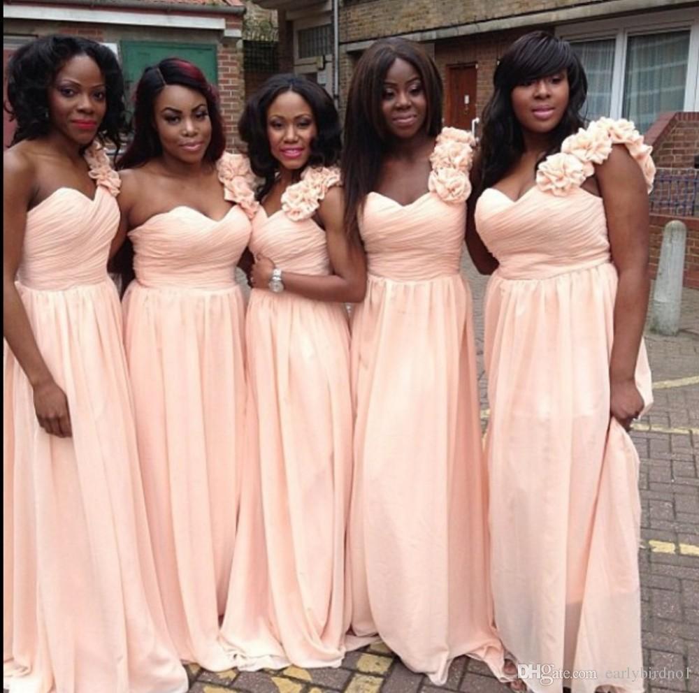 Plus Size Druhna Dresses One Ramię z ręcznie robionymi kwiatami Wiosna Tanie pokojówka Honor Suknie za linię Plised Szyfon
