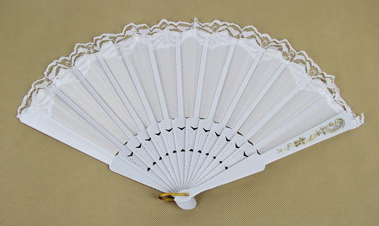 25 * 44 cm Blanc Pliant Ventilateur En Soie Dentelle Gravé Or Motif Nuptiale Fan Décor Photo Booth Props de mariage / décoration de fête 50 pcs