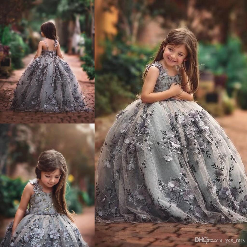 2017 Kız Pageant Elbiseler Gümüş Gri Spagetti Sapanlar Backless Dantel Aplike Boncuk 3D Çiçek Ruffy Çocuklar Çiçek Kız Elbise Doğum Günü Törenlerinde
