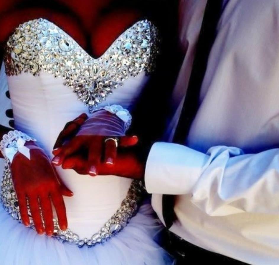 ボールガウンのウェディングドレス2015ストラップレスの恋人ネックビーズとクリスタルレースアップウェディングドレスホワイトチュールウェディングブライダルガウン