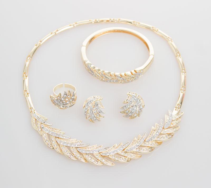Bijoux africains Collier Bracelet Bague Boucle d'oreille de mode 18K plaqué or beau cristal femmes de soirée de mariage Accessoires Bijoux