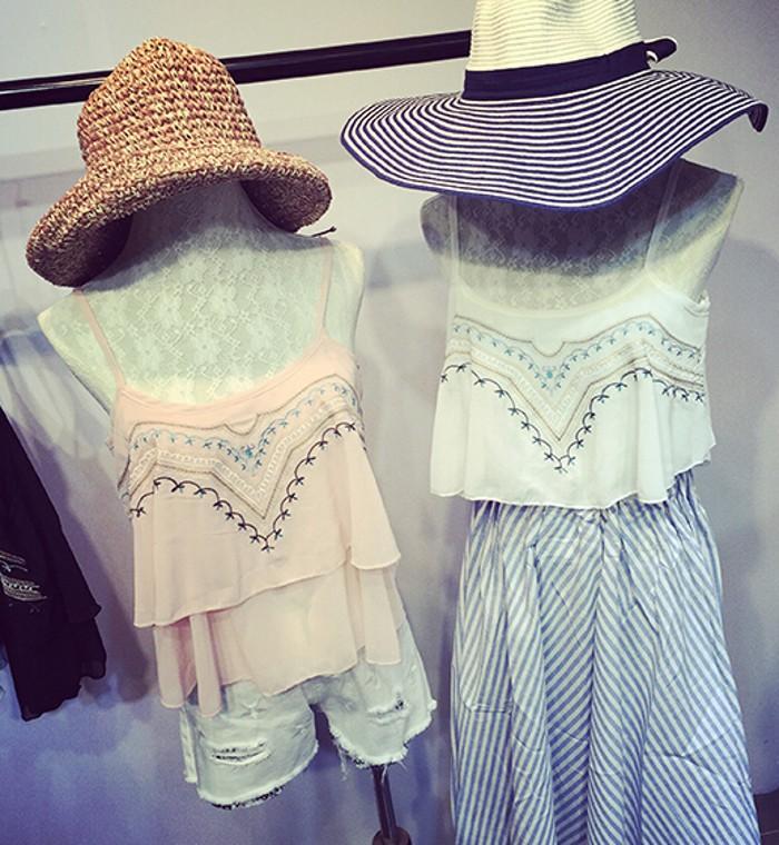 夏の新しい新鮮な新鮮なレトロな花柄刺繍は薄い緩い裾のシフォン二重ストラップキャミソールでした