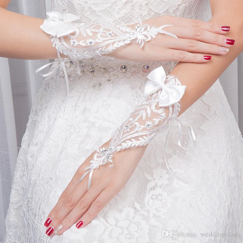Gants de mariée élégants en dentelle blanche perlée longueur du poignet gants de mariage sans doigts avec nœud strass Partie formelle gant court