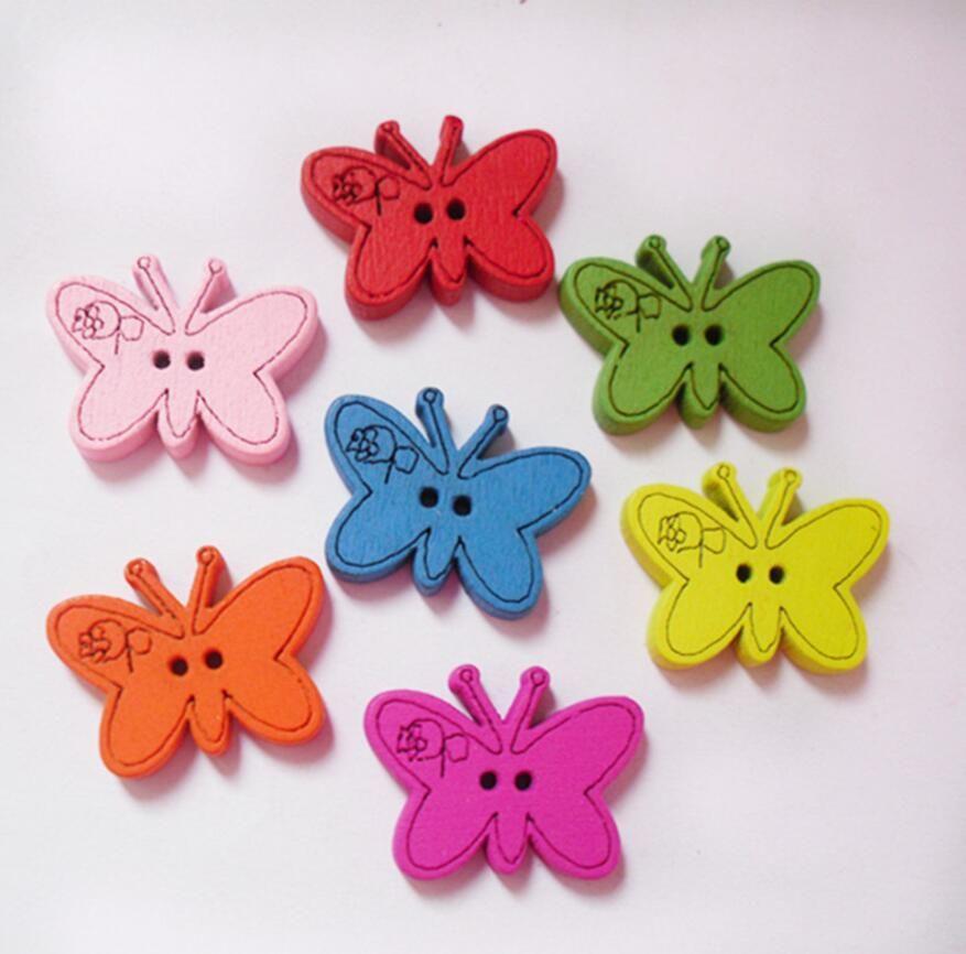 100pcs 22 * 17mm Couleurs variées Cartoon Papillon bois Boutons avec trou pour l'artisanat couture Scrapbooking Accessoires