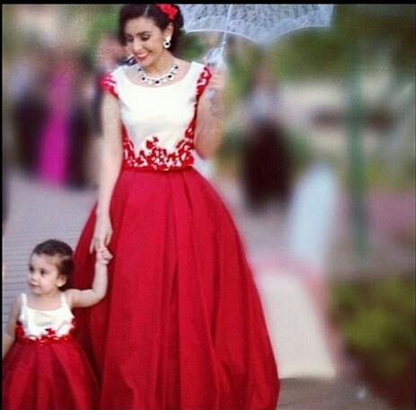 2015年のイブニングドレス赤いクルーネックラインアップリケボールガウンキャップスリーブサテンの床の長さの母親と赤ちゃんのドレスDhyz 01