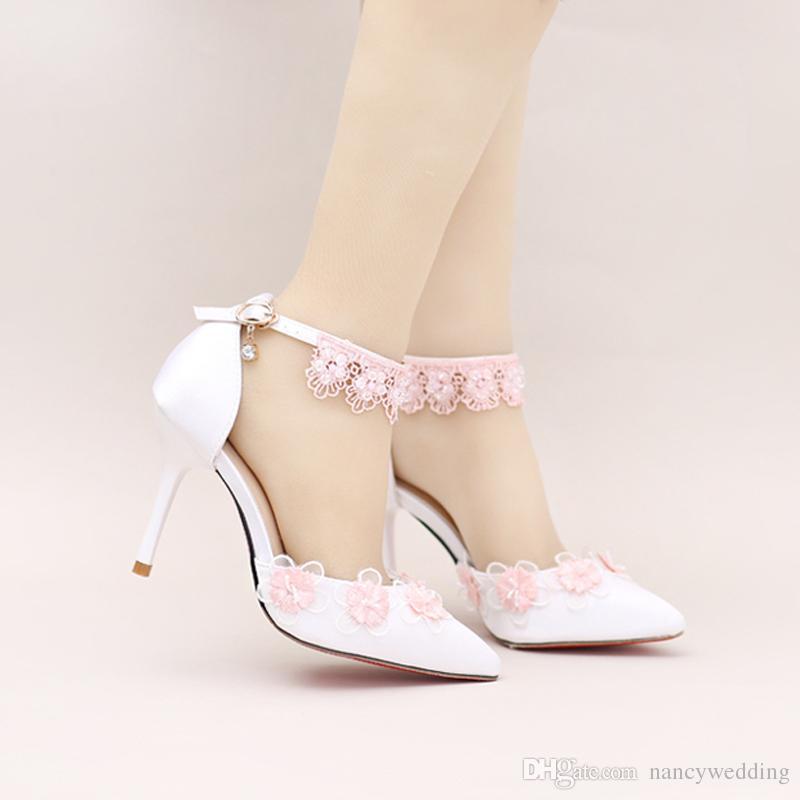 Cetim Branco Dedo Apontado Toe Weding Sapatos com Flor Rosa Tira No Tornozelo Sapatos de Vestido de Noiva Confortável Festa de Dança Do Baile Bombas