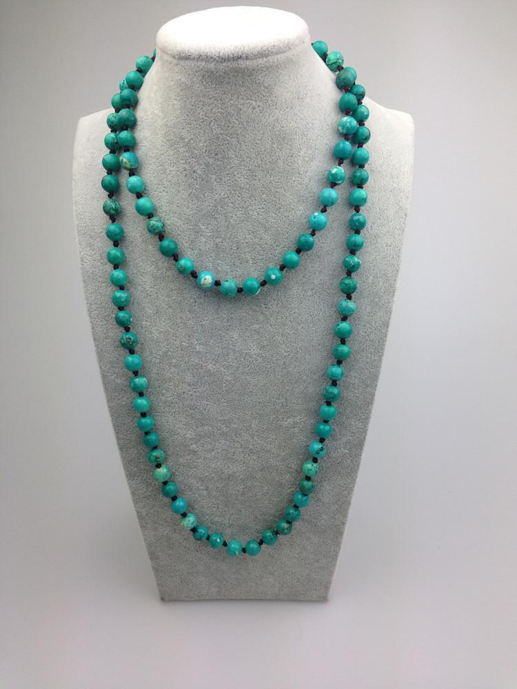 ST0005 perle turquoise teintée de 8 mm faisant un collier de 42 pouces de long avec pierre verte
