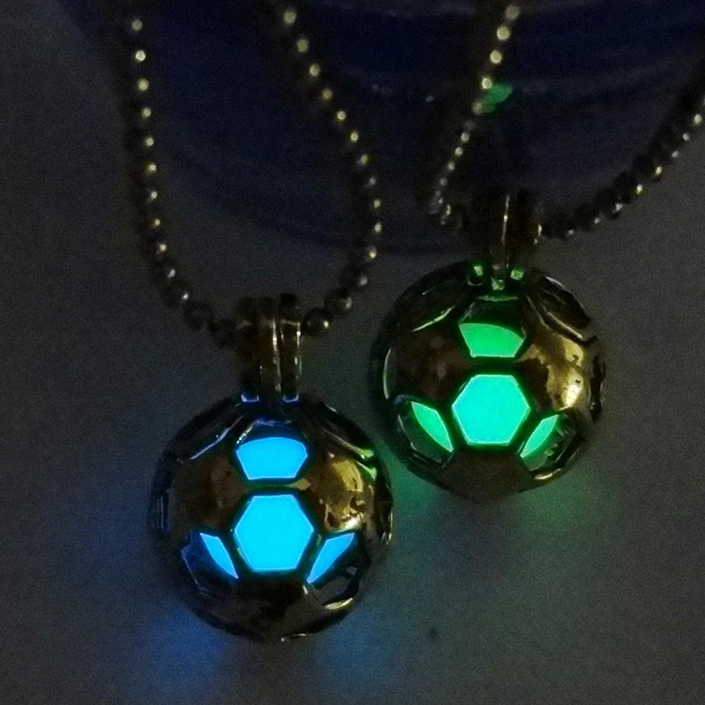 Calda collana da calcio luminosa hollow antichi ornamenti in oro pendenti in rame verde blu luminescente verde per uomini e donne