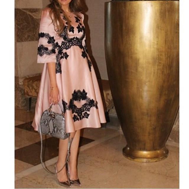 2016 Eleganti abiti da sera a-line Gioiello maniche lunghe Lunghezza al ginocchio Appliques neri realizzati in raso Abiti formali Medio Oriente Stili