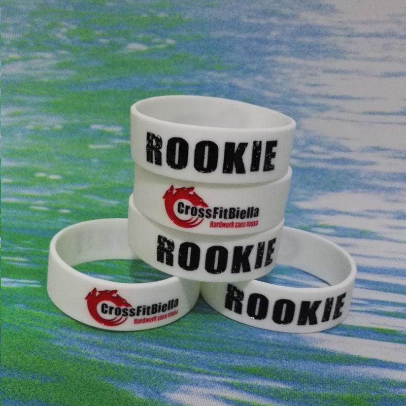 100PCS High Qualit 3 / 4inch RO0KIE Debossed Y tinta llena de goma de caucho pulseras pulseras para regalos promocionales SS003