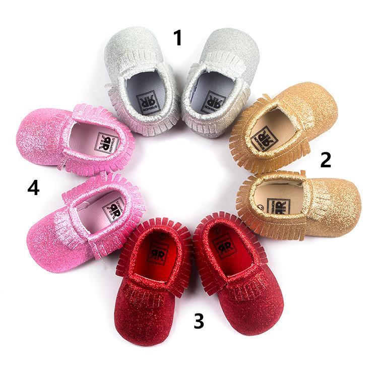 4色の赤ちゃんのモカシン柔らかい唯一の100%純正革の最初の歩行者の靴赤ちゃん新生児のきらめきの靴タッセルマクカショス靴赤ちゃん最初の散歩