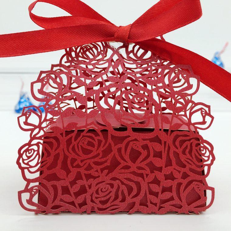 Design-3 100pcs Laser Cut Creux Rose Rose Candy Box Chocolat Boîtes Avec Ruban Pour La Fête De Mariage Baby Shower Favor Cadeau