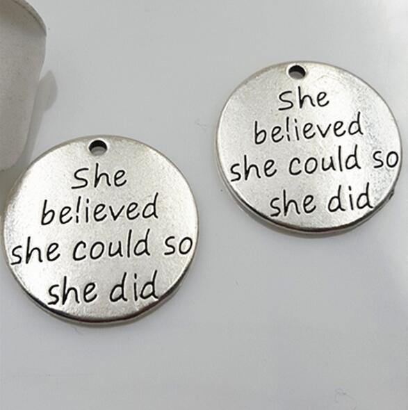 Wholesale-20pcs / lot 23mm Antik Silber Überzug Runde Charms Sie glaubte, sie könnte, damit sie Massage Bedels Alphabet tat