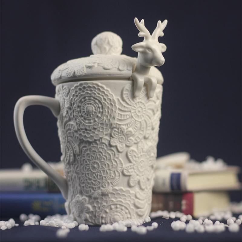 Elk ile Toptan-beyaz geyik heykel seramik kupa boyutlu kabartmalı kahve fincanı kapağı ile yaratıcı oyma çömlek / süt kupa kaşıkla
