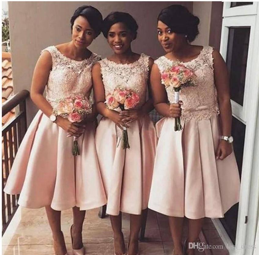 2018 Nowe Tanie Krótkie Blush Różowe Druhna Dresses na ślub Scoop Neck Lace Aplikacje Sash Bow Plus Size Maid of Honor Party Suknie