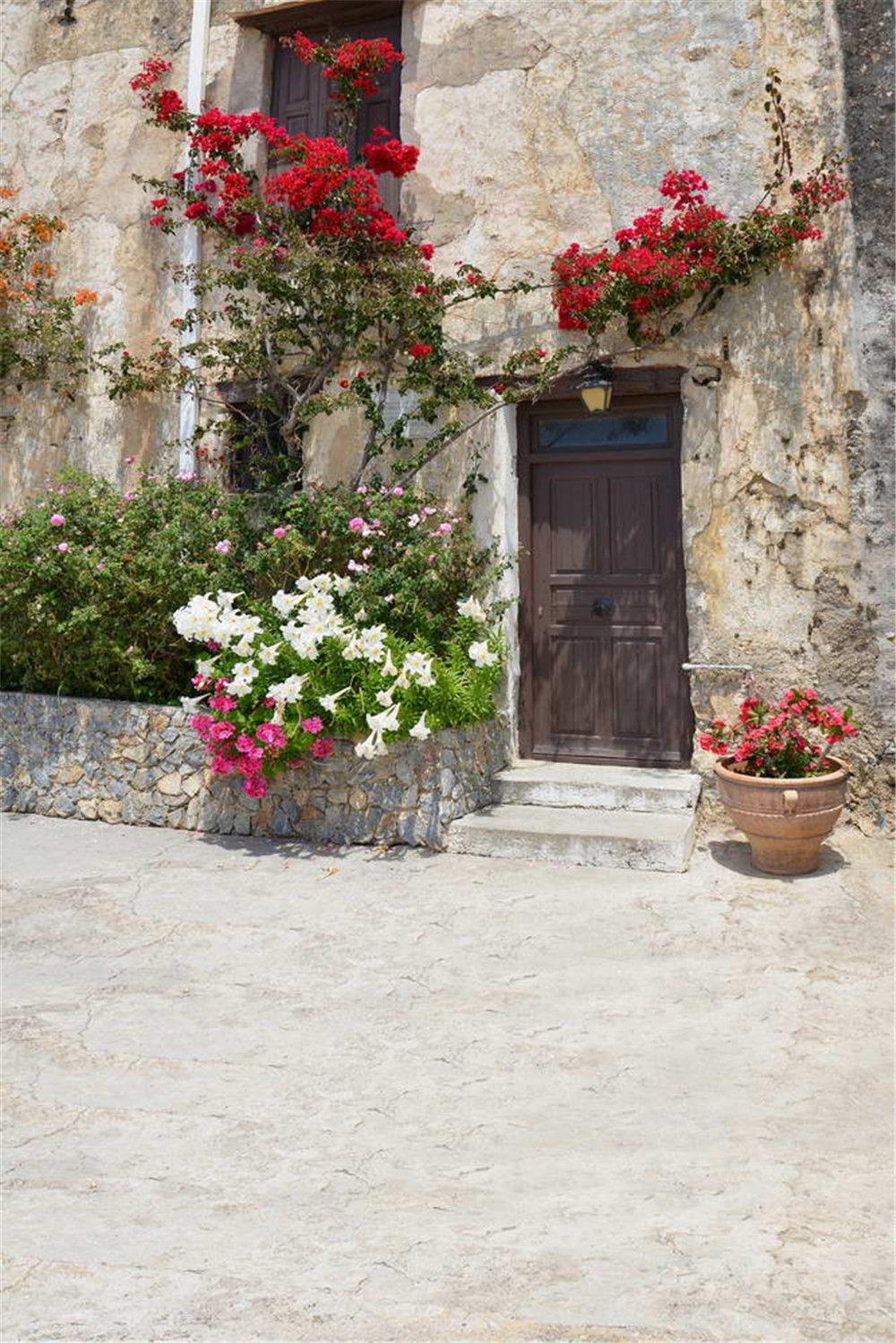 البيت القديم خمر باب خشبي الفينيل خلفية للتصوير الأحمر الأبيض الوردي الزهور خارج الخلابة الزفاف صورة التقطت الخلفية