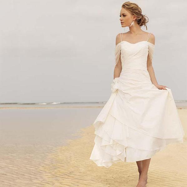 Vestidos de boda cortos de la playa del verano barato correas de espagueti fuera del hombro longitud de té acanalada Vestidos de novia de una línea con la flor hecha a mano