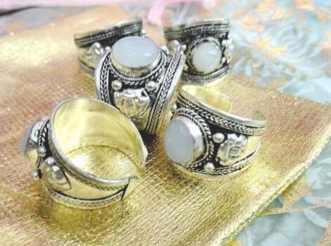 Retro Style Fashion Weißer Mondstein Ring Nepal Tibet Silber Spitze Einstellbar