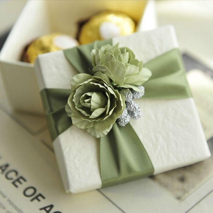 10PCS الأبيض الأنيق الحلوى مربع مع الشريط وروز هدية زفاف لصالح صناديق الألوان للاختيار