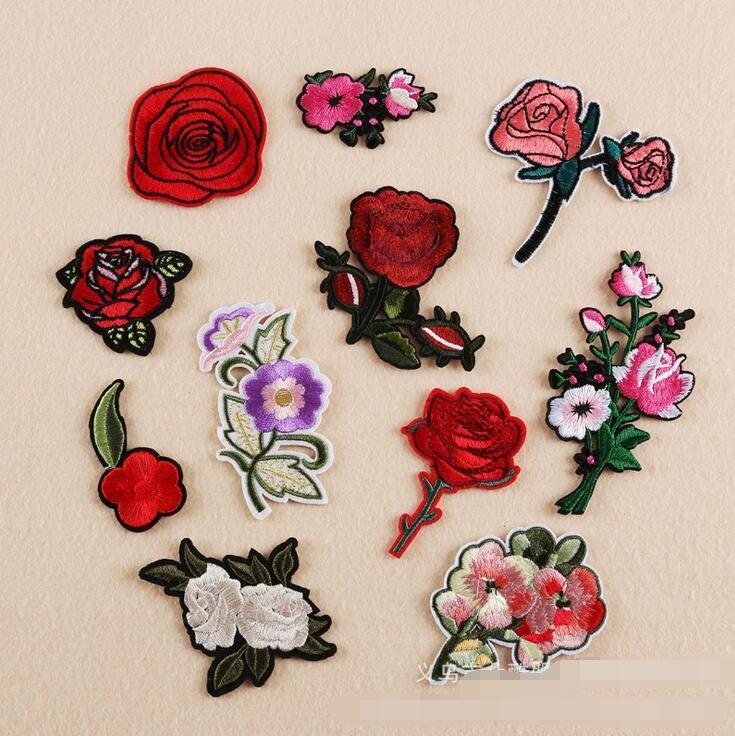 NEUES Eisen auf Flecken DIY stickte Fleckenaufkleber für Kleidungskleidung Gewebe-Abzeichen, die rosafarbenen Blumen roten weißen Entwurf nähen