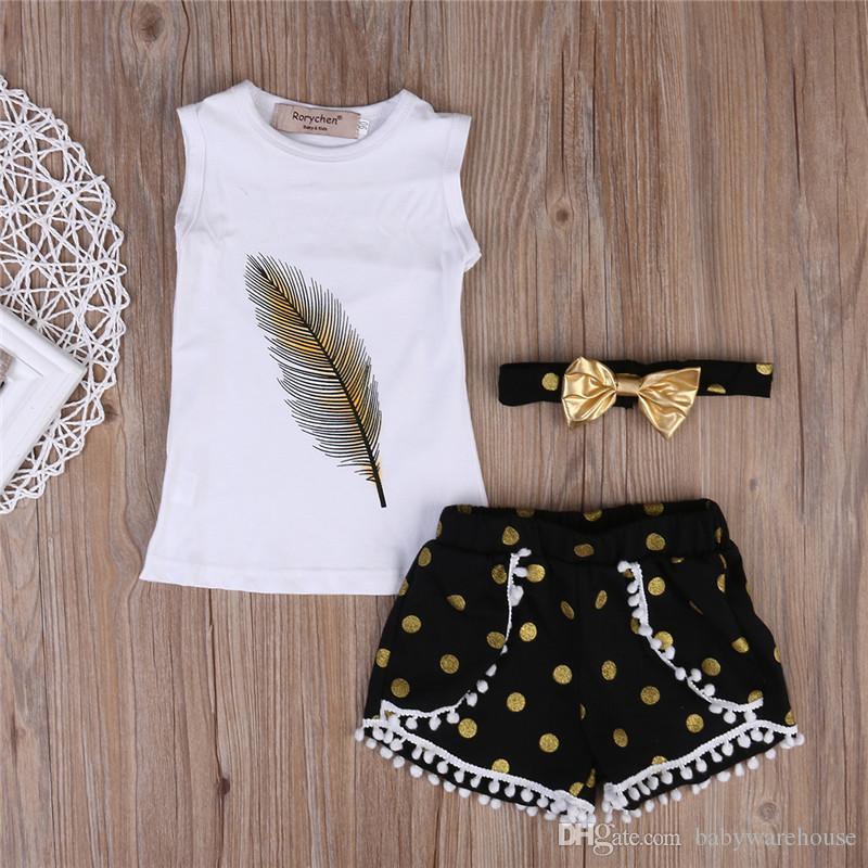 Vestiti delle ragazze 3PCS Vestiti estivi delle neonate regolano la maglia di stampa della piuma Parti superiori casuali + Pantaloncini della nappa del puntino Fascia d'oro che copre i vestiti di estate