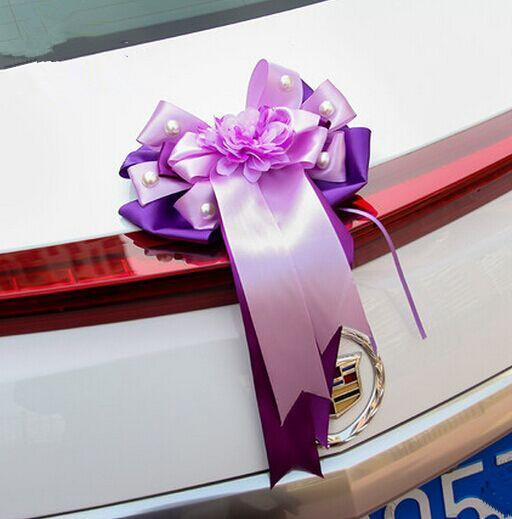 결혼식 차에 대 한 보라색 나비 장식 꽃과 현대 결혼식 장식 웨딩 자동차 장식