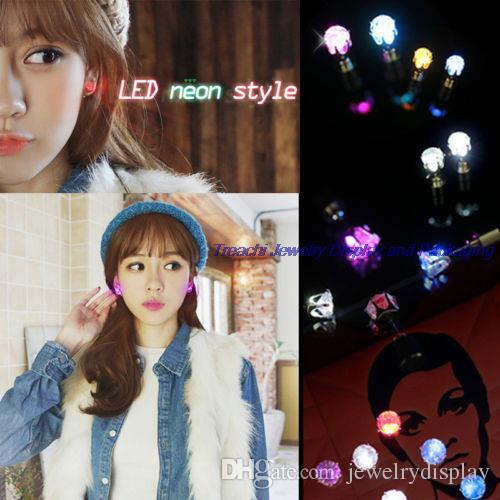 Ventas grandes de la moda 9 pares unisex se encienden LED pendientes de los pendientes de los pendientes de los pendientes para el partido / Navidad