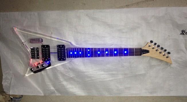 Mini chitarra elettrica in cristallo Luci colorate Può installare luci a LED in base alle esigenze