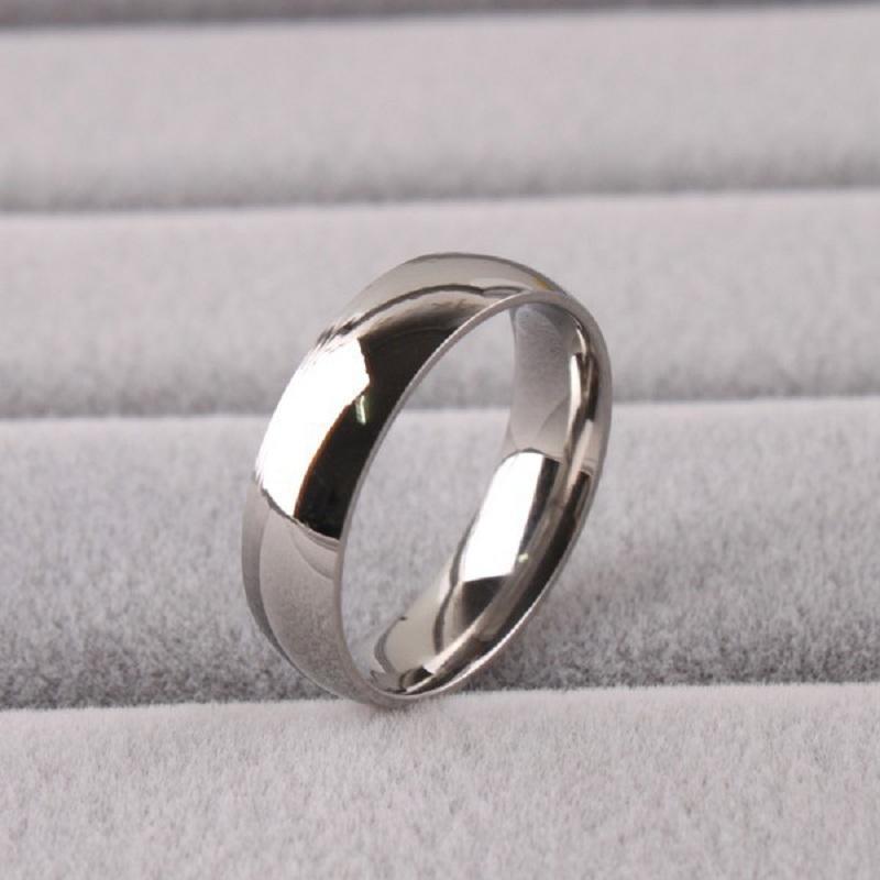 Marca nueva 50 piezas de plata y oro anillos de bodas de acero inoxidable de 6 mm en el interior pulido cómodo para llevar al por mayor