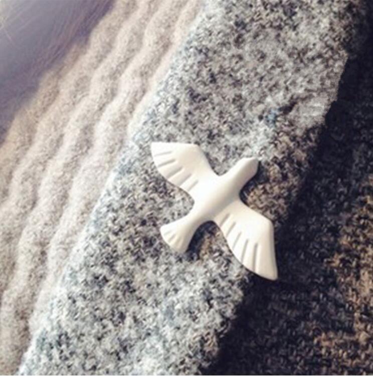 "Camisola Prendedor de Clip Tac Lapela Broches Pin Branco Pombo Esmalte Animal 36mm (1 3/8 "") x 21mm (7/8"") Frete Grátis"