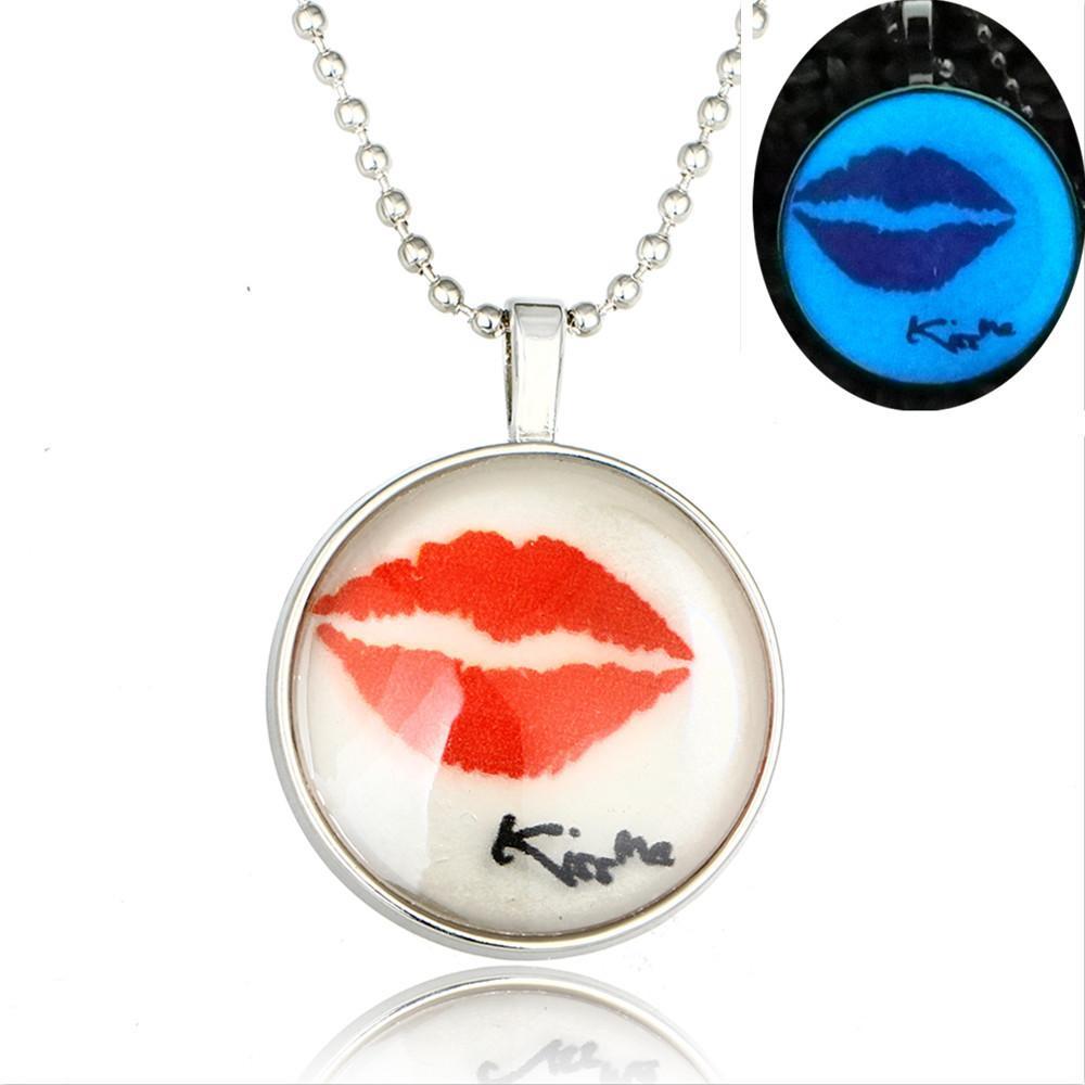 European et American Hot Kiss me lèvres sexy rouge collier de diamant flammes lumineuses lèvres pendentif en verre pendentif de pierres précieuses lumineux femelle