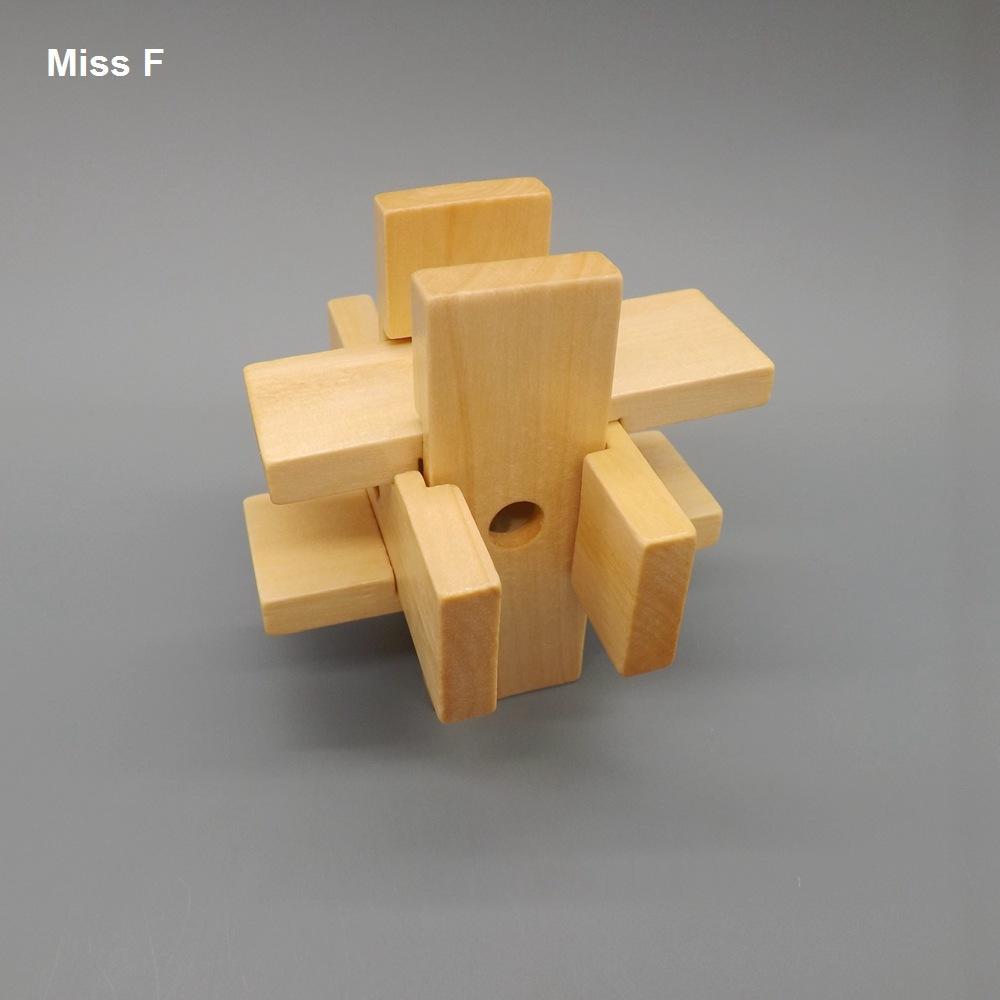 A criança tradicional do QI dos jogos das crianças brinca o brinquedo de madeira natural do fechamento mágico da proibição do Lu