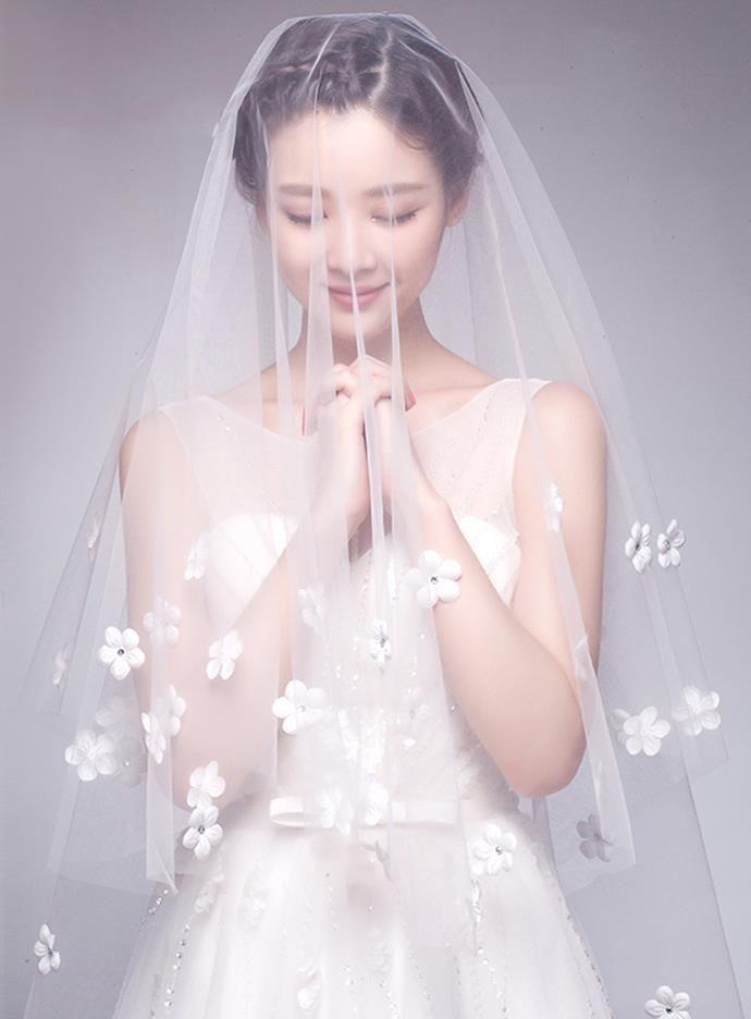 جميلة بيضاء بتلة طويلة الحجاب الزفاف الكاتدرائية الزهور يزين الزفاف الحجاب