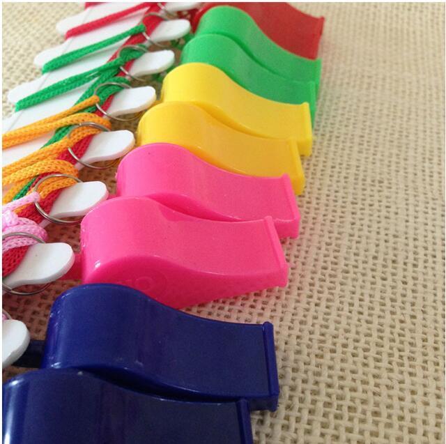 Eco-Friendly Partito Promozione sposa colorati in plastica Sport Fischietto con la cordicella a 4 colori misti bambini Candy Whistle 4 * 1,8 centimetri