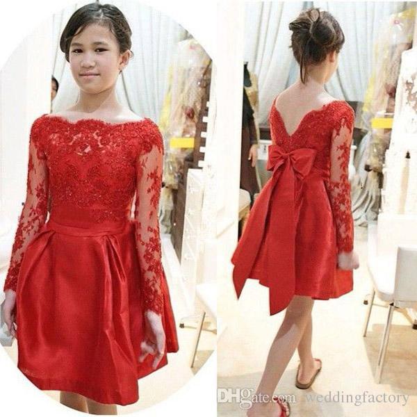 Robe de demoiselle d'honneur junior étonnante rouge Une ligne Sheer Bateau décolleté Illusion manches longues en dentelle Appliqued Top Prom robes de soirée Bow Sash