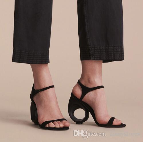 2017 Diseñador Negro Beige Suede Runway Shoes Mujer Verano Hebilla Correas de la correa Strange Fretwork Sandalias de tacón Mujeres