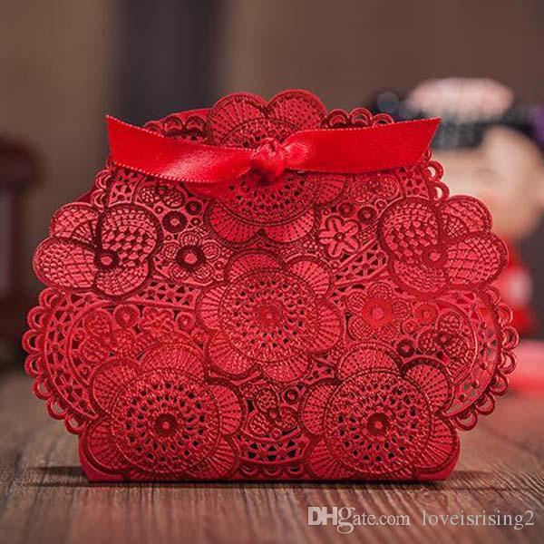 50PCS / 많은 빨간색 높은 품질 레이스 Folwer 웨딩 사탕 상자 레드 리본 활 레이저 커팅 신부 부탁 선물 파티 장식 달콤한 선물 상자