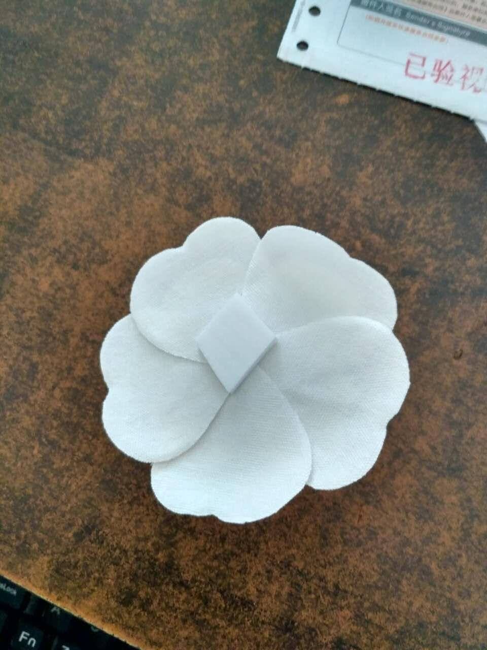 21ab3afd053 Compre Tecido Flor DIY Material Camélia Flor Branca Com Etiqueta ...