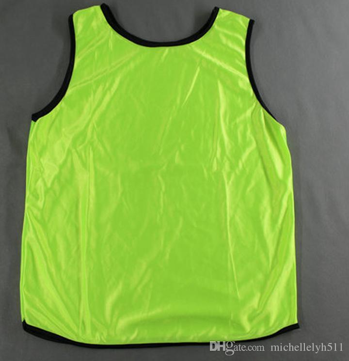10pcs / lot Adult Light verdes en blanco Grupo de fútbol contra los baberos de entrenamiento deportivo contra el grupo chalecos juegos de fútbol camisetas deportivas contra jerseys