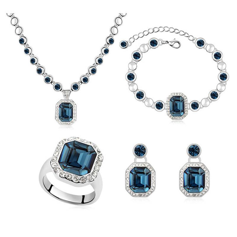 6fecb2e6a902be Set di gioielli da donna vintage realizzati con Swarovski Collane con  ciondolo Orecchini con pendenti Anelli