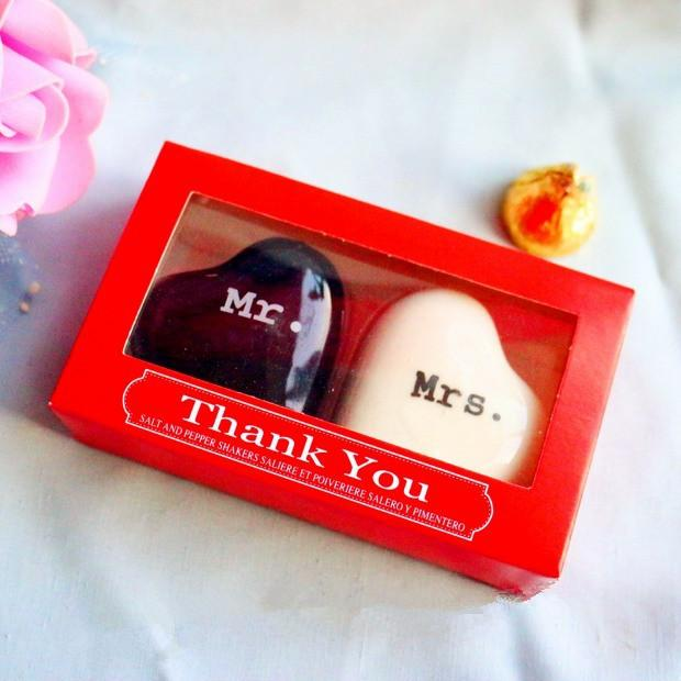 Favori della festa di nozze - a forma di cuore ceramico Mr. e Mrs. Salt and Pepper Shakers Bridal Favore Regali 200pcs = 100 scatole regalo