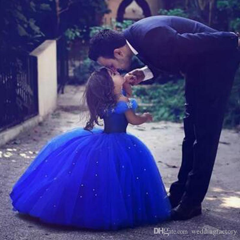 Impresionantes vestidos de desfile azul real para niñas Tul hinchado fuera del hombro Cristales Hasta el suelo Vestidos de niña de las flores Vestidos de desfile Niños