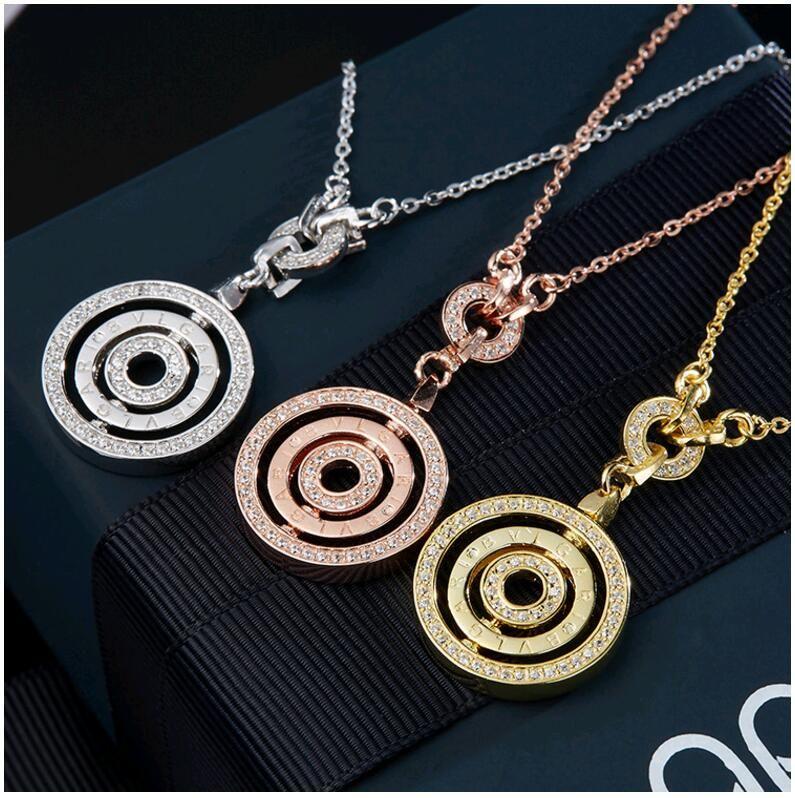 Nuovi monili solidi dell'argento sterlina 925 con le collane del pendente dei cerchi rotondi di grado superiore della lettera del rhinestone per la festa di fidanzamento di nozze