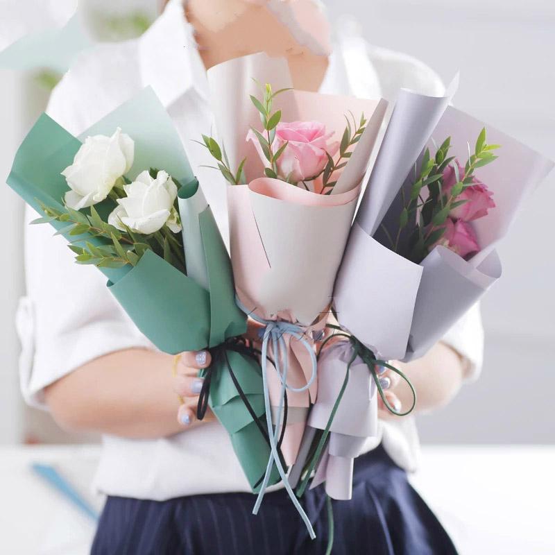 Yeni Kağıt Ambalaj Çiçekler Hediye Sarma Kağıdı Su Geçirmez Iki Renk Mat Çiçekler Buket Ambalaj Malzemeleri 20 adet / grup