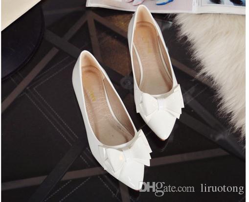 Остроконечные квартиры бантом мелкий рот одной женщины обувь