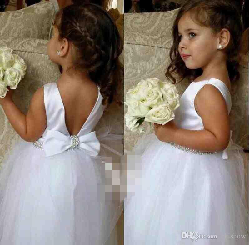 Le nuove belle ragazze si vestono per gli abiti di fiore in rilievo bianchi di cerimonia nuziale scavano lo scollo del gioiello delle donne di spettacolo di lunghezza del pavimento di lunghezza del pavimento di scollatura del gioiello