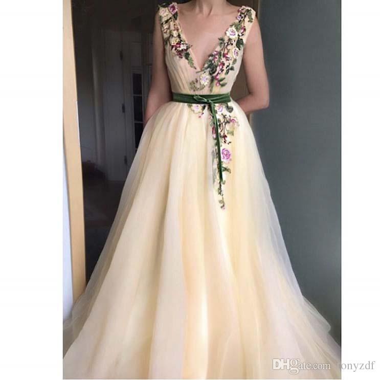 2017 Moda Vestidos De Formature Pale Yellow Plunging V Cuello Apliques Coloridas Flores Sin Mangas Fajas Hasta el suelo Vestidos de baile
