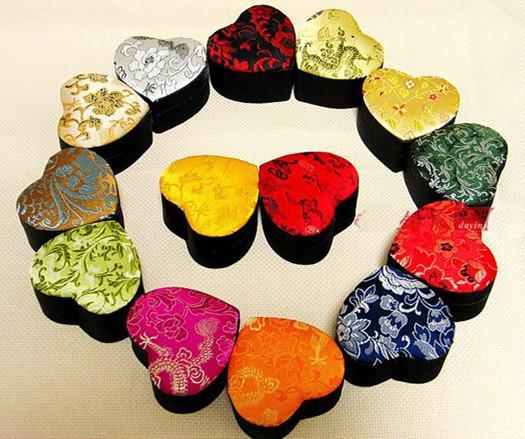 宝石類収納ケースの装飾的なシルクブロケードの厚紙の包装箱のための花の小さな心のギフトボックス