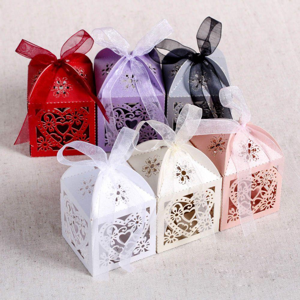 50pcs / lot coeur boîtes de faveur de coupe de bonbons au laser avec ruban pour la décoration de table de fête de mariage en gros