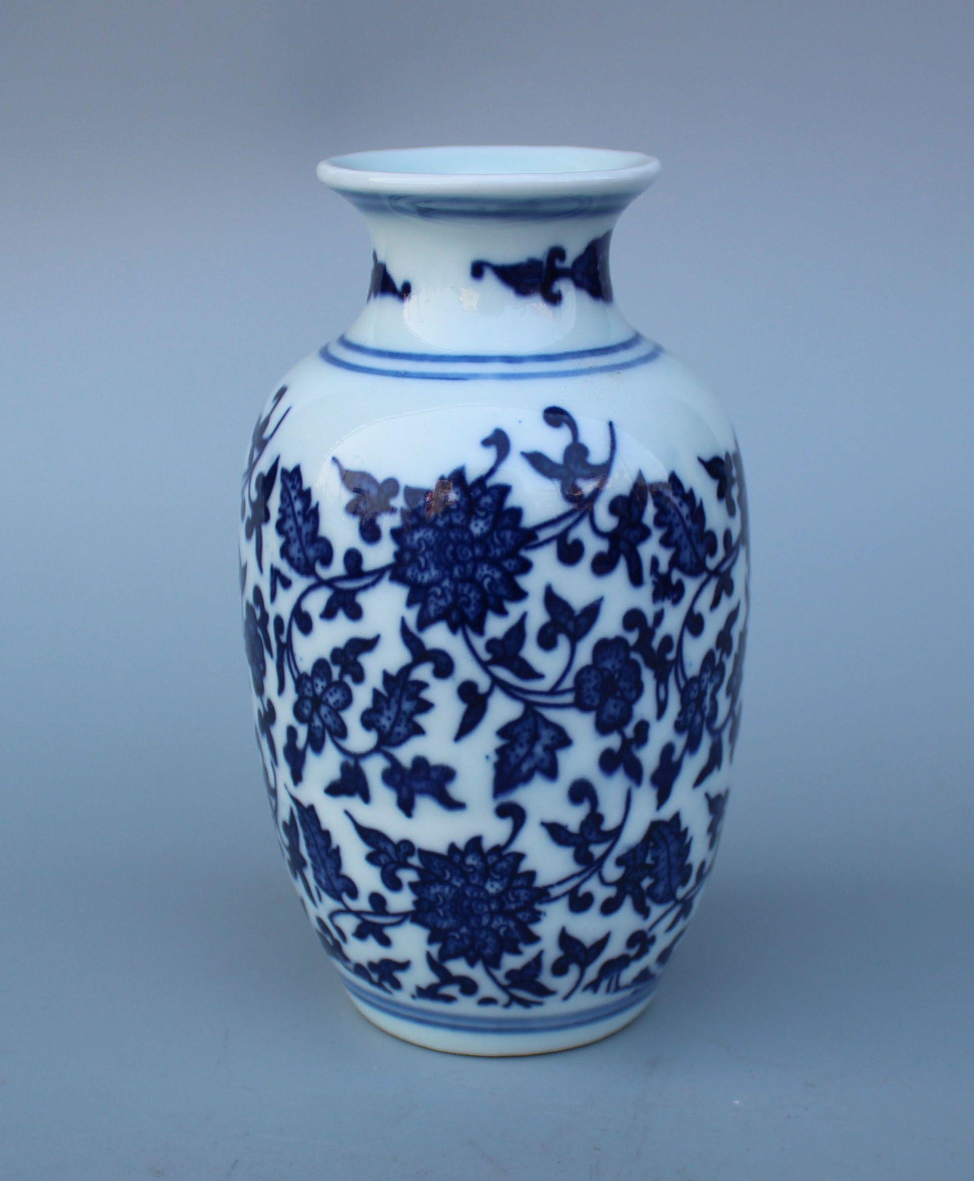 Porcelaine bleue et blanche chinoise Vase à fleurs peint à la main W Qianlong Mark